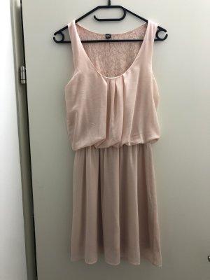 Süßes kurzer Kleid