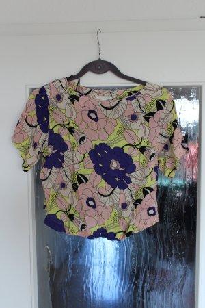Süßes kurzes Blumenshirt