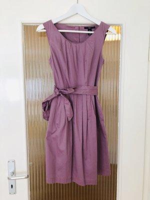 Süßes kurzes Kleid
