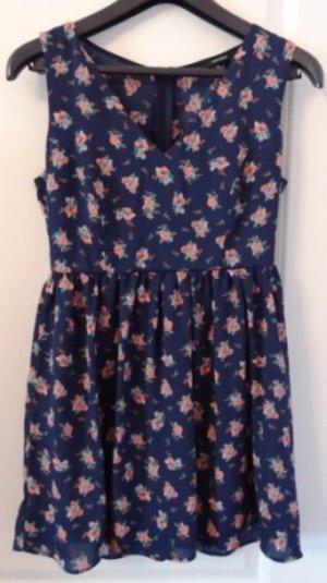 Süßes kurzes Kleid mit Blumenmuster