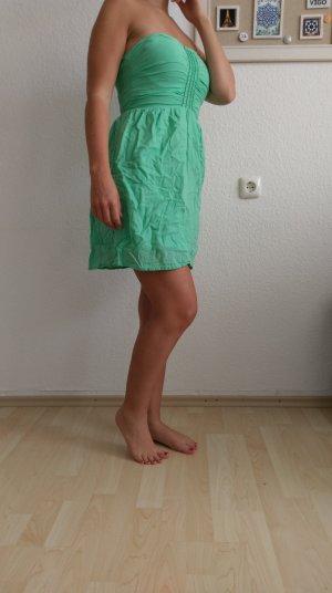 süßes mintfarbenes Sommerkleid
