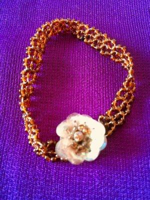 Süßes Perlenarmband mit Blüten-Applikation