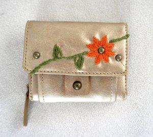 Süßes Portemonnaie in gold mit Blumen Stickerei