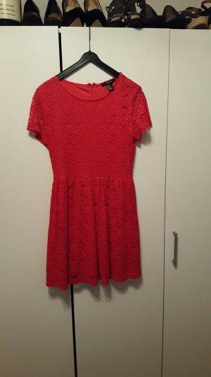 süßes rotes Sommerkleid