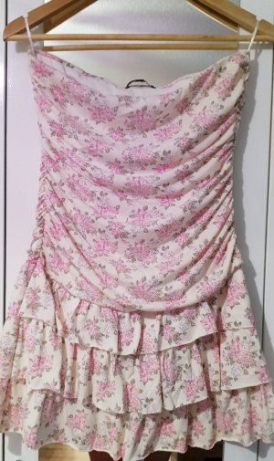 Süßes schulterfreies Kleid
