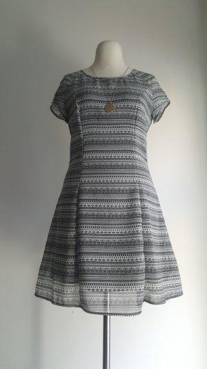 süßes schwarz weißes Kleid