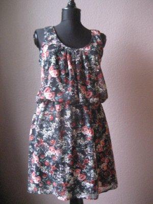 Süßes schwarzes geblümtes Kleid
