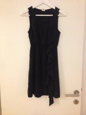 Süßes schwarzes Kleid mit Volant