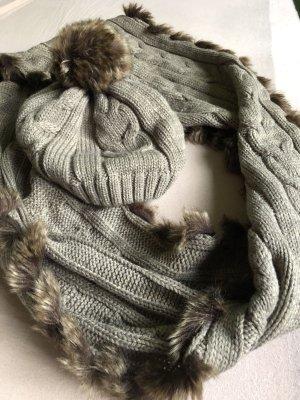 Süßes Set aus Mütze und Schal