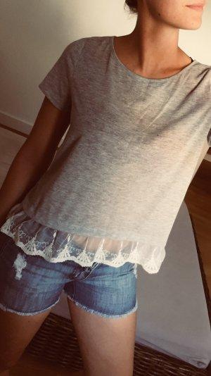 Süßes Shirt in Grau mit weißem Spitzenstößchen (neu)