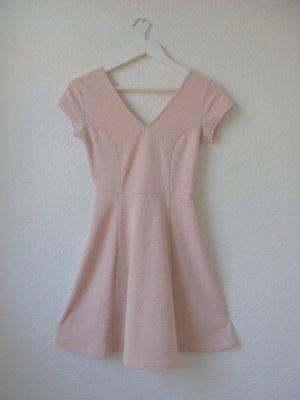 Süßes Skaterkleid / Figurbetontes Minikleid mit ausgestelltem Rock / rosa / nude / zartrosa