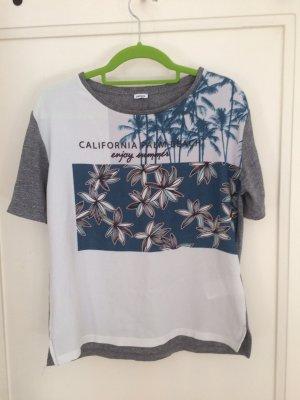 Süßes Sommer-T-Shirt mit einem schönen Muster