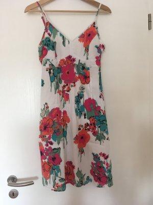 Süßes Sommerkleid in weiß mit Blumenmuster