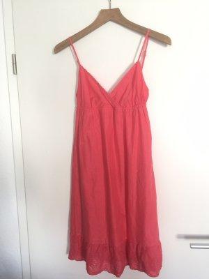 Süßes Sommerkleid mit Rüschen