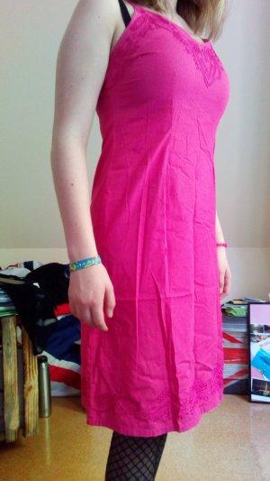 Süßes Sommerkleid mit Stickereien