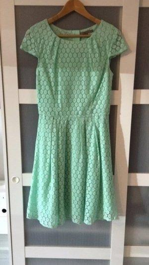 Süßes türkises Kleid