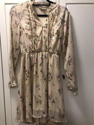 Süßes verspieltes Kleid mit Muster