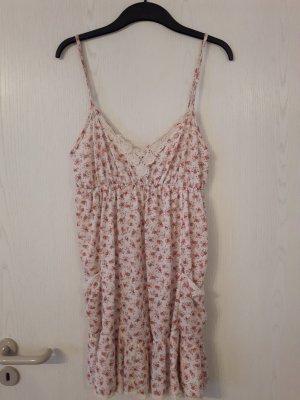 süßes, verspieltes Kleidchen von Pull& Bear mit Spitze am Ausschnitt
