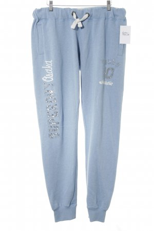 Superdry pantalonera azul celeste letras bordadas look casual