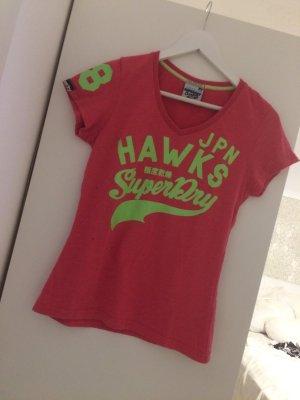 SuperDry Tshirt in hellrot mit grüner Schrift