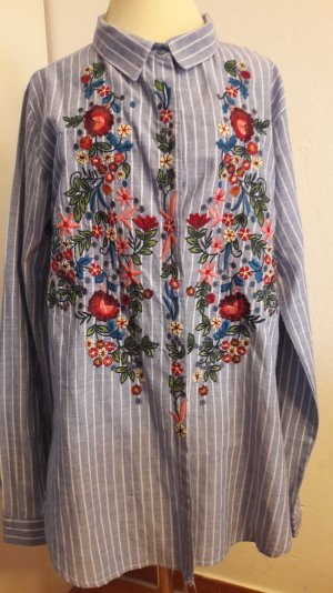 Superschöne Bluse mit auffälliger Blumenstickerei