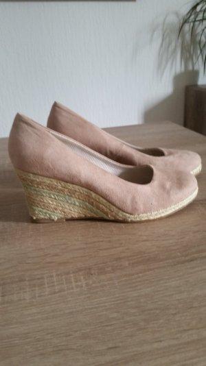 Supersüße Schuhe mit stylischem Keilabsatz.
