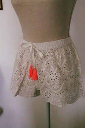 supersüße Shorts * Quasten * Lochstickerei * Gr. M * einmal getragen *