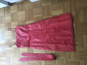 una pui uno Vestito in pelle rosso