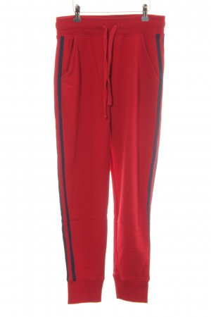 Pantalón deportivo rojo-azul oscuro look casual