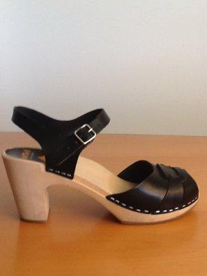 Swedishhasbeens Sandale mit schwarzen Lederriemen