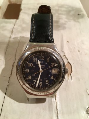 SWISS SWATCH Analog Unisex Armbanduhr mit Lederarmband, Dunkelblau, mit Datumsanzeige