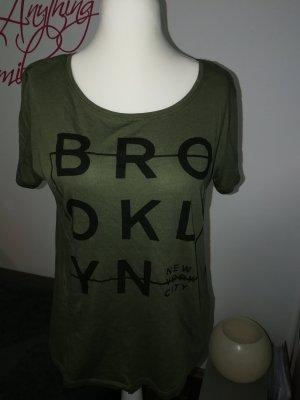 T-Shirt in khaki mit Print der Marke Pieces in der Größe XL