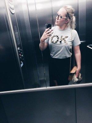 T-Shirt mit flauschigem O.K. Aufdruck Tierfelloptik