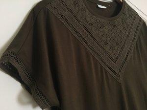 T-Shirt - olivgrün - Highlight sind Ausschnitt und Ärmel