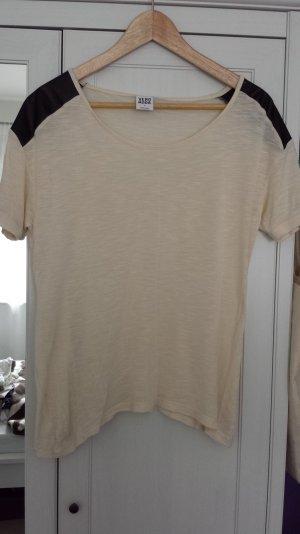 T-Shirt von Vero Moda in hell-beige mit Lederaplikationen an den Schultern