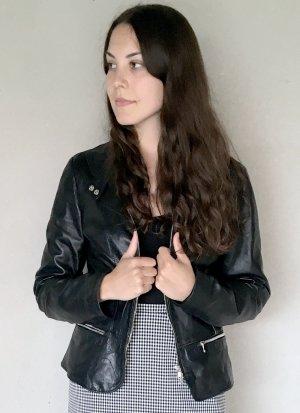 Taillierte, schwarze Lederjacke
