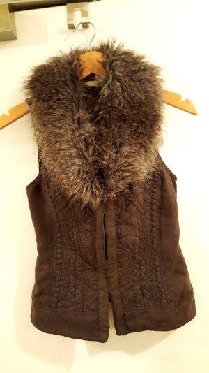 Taillierte Weste mit Fake-Fur Kragen