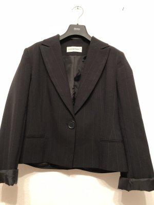 Taillierter, schwarzer Blazer mit leichten Nadelstreifen