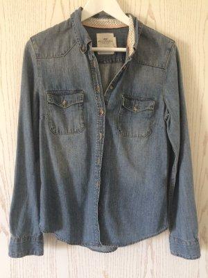 Tailliertes Jeanshemd und blau