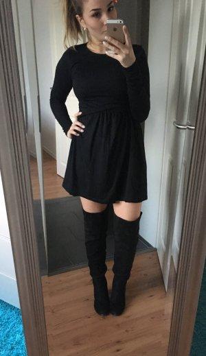 Tailliertes  Kleid mit ausgestelltem Rockteil
