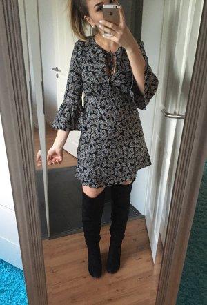 Tailliertes Kleid mit Rüschenärmeln von Love&Lies