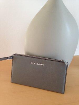 Tasche, Clutch, von Michael Kors, neu mit Etikett, Leder, in Grau