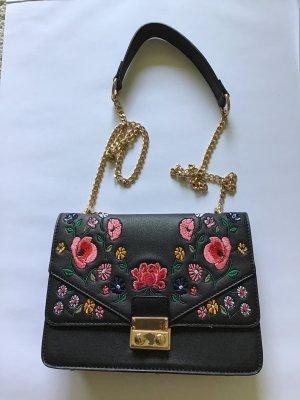 Tasche mit Blumenstickerei