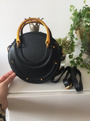 Bolso negro-color oro