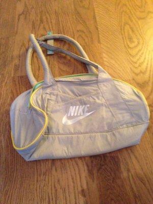 Tasche von Nike in grau