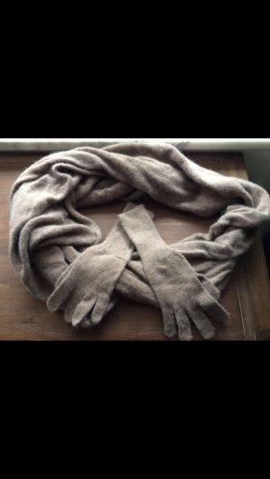 Taupe farbener Schal und dazu passende Handschuhe