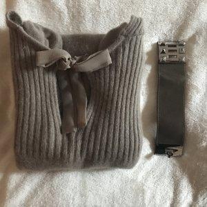 Taupe-farbenes Winterkleid mit Schleifchen
