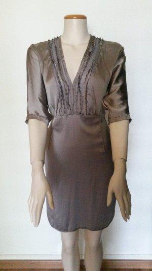 Taupefarbenes Kleid von