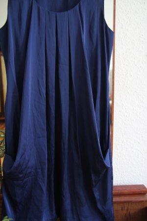 tiefblaues seidiges Kleid