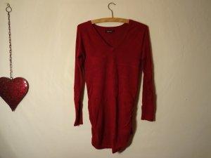 Tiefroter, warmer, langer Pullover mit schönem Ausschnitt